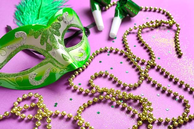 ピンクの装飾が施されたカーニバル マスク