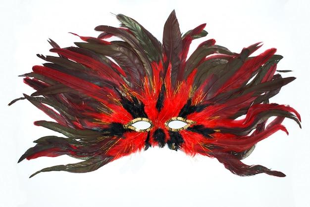 Карнавальная маска с красными и черными перьями