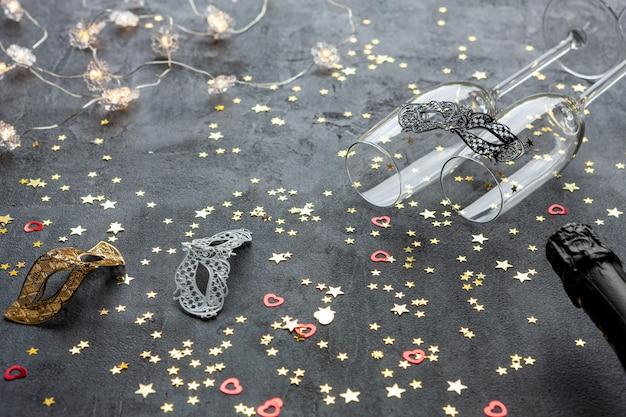 카니발 마스크, 샴페인 병, 샴페인 글래스 2 개, 금색 반짝이 색종이 조각,