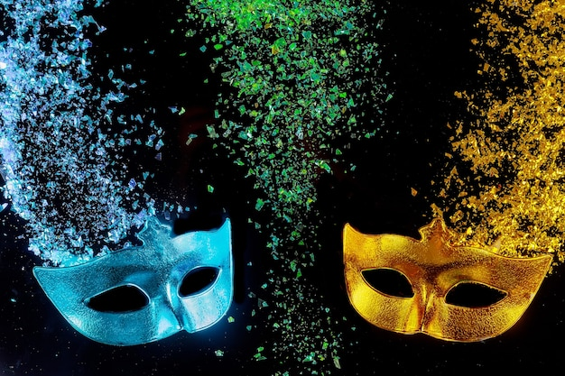 Карнавальные маски на черном фоне еврейский праздник пурим.
