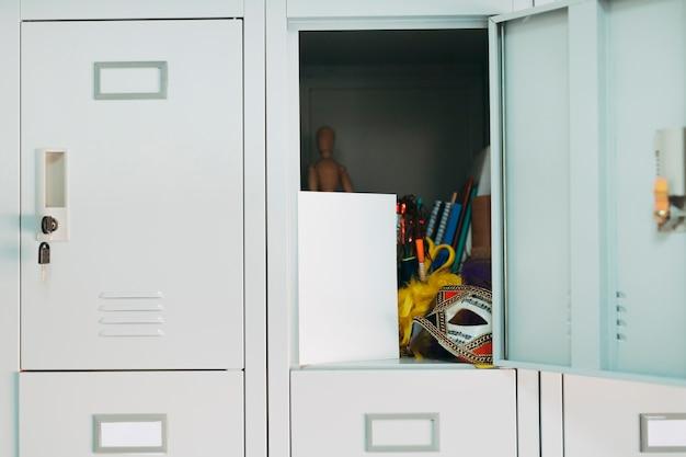 Карнавальные предметы в открытом шкафчике