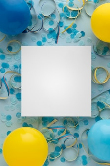 카니발 종이 파란색 색종이와 풍선 복사 공간