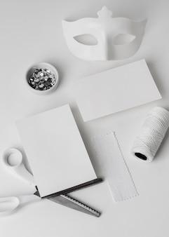 Insieme di carnevale di arte di carta sulla scrivania