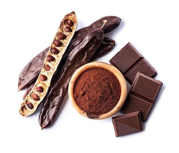 Стручок рожкового дерева с порошком рожкового дерева и шоколадом на белом фоне. ингредиент здоровой пищи.
