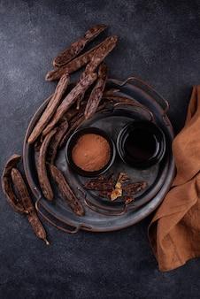 イナゴマメの鞘の粉末と糖蜜またはシロップ