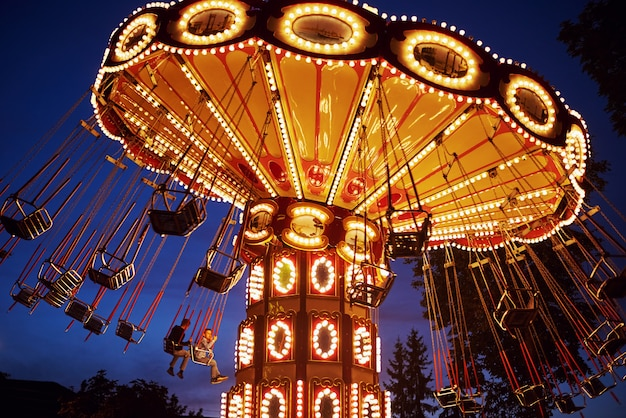夜の街の遊園地でメリーゴーランドカルーセル