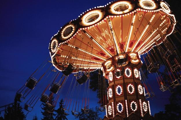 Карусель карусель в парке развлечений в ночном городе
