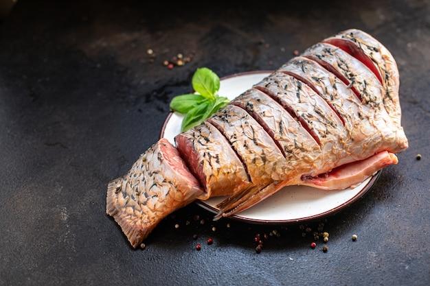 鯉の魚のスライス生の白い頭のない淡水魚シーフード食事スナックテーブル上のコピースペース食品