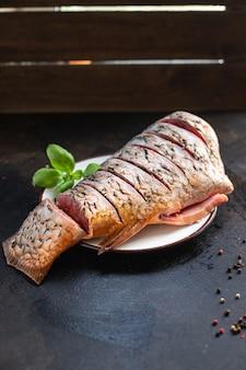 鯉生魚白新鮮ヘッドレス淡水魚シーフードミールスナックテーブルコピー宇宙食