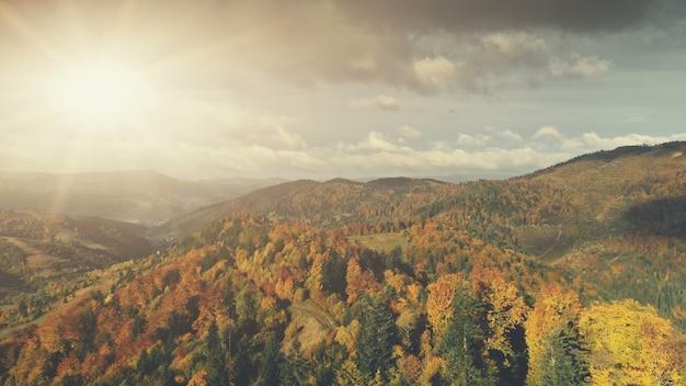 カルパティア山脈秋の夕日の風景空撮壮大な野生の自然の森の丘の風景の国