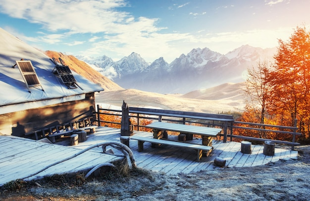 Карпатский горный пейзаж с деревянным сельским домом. октябрь мо