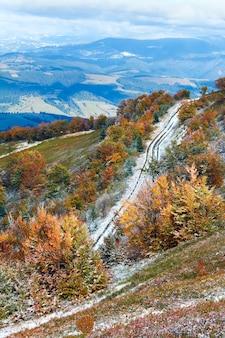 Карпатское горное плато с первым зимним снегом и осенней красочной листвой