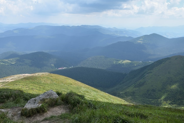 カルパティア山脈、緑と開花の山頂。太陽と白い雲と澄んだ空。