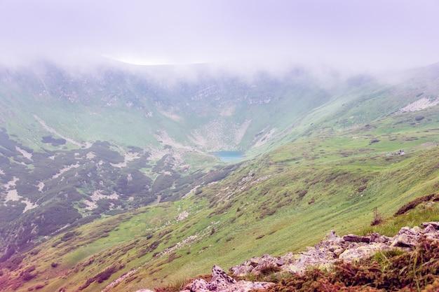 Карпаты в тумане с озером в центре