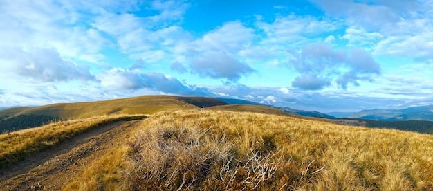カルパティア山脈(ウクライナ)田舎道のある秋の風景。パノラマ。