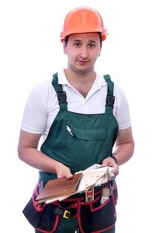 Плотник в шлеме с деревянным пробоотборником на белом