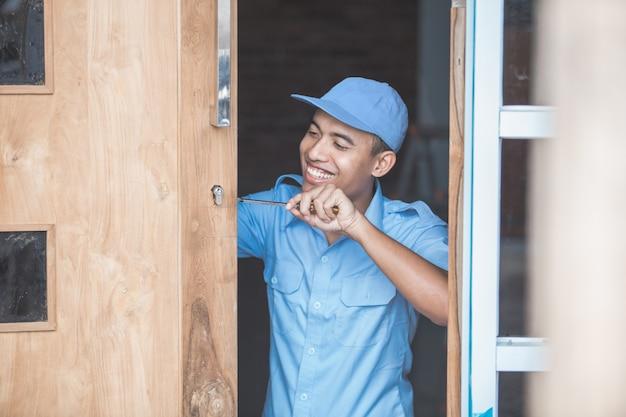 大工のドアロックをインストールします。