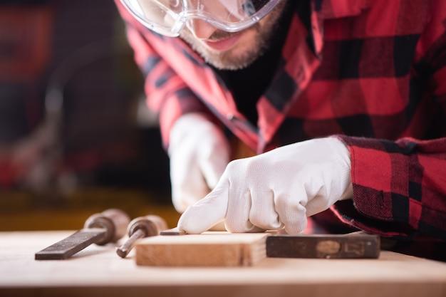 大工、ワークショップで働く指物師。木で働く男