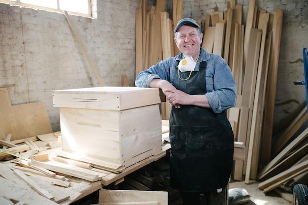 Плотник мужчина позирует в плотницких работах