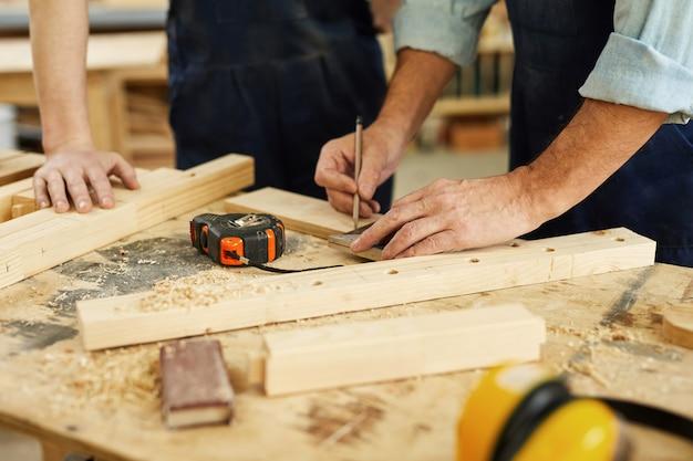 大工マーキング木材のクローズアップ