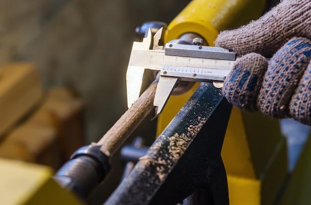 大工は部品の直径を測定します
