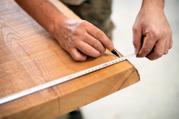 Карпентер измерения деревянной доске