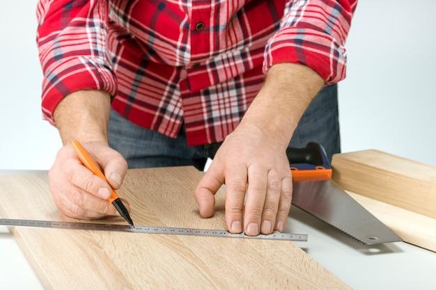 棚の製造のための大工の測定板。日曜大工のコンセプト。