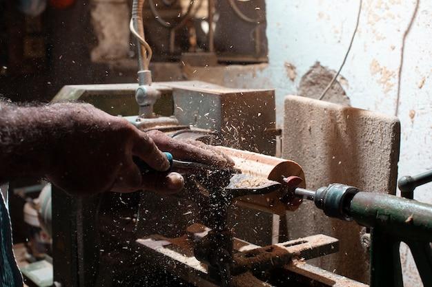 Falegname sbucciare i legni e modellarli