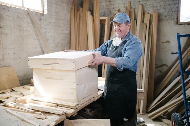 Плотник позирует в столярной мастерской