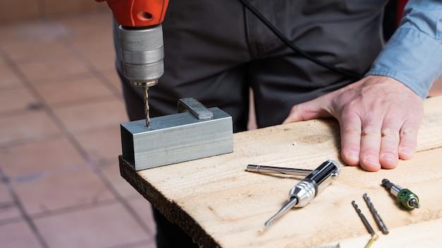 Falegname nel processo di realizzazione di un tavolo in legno