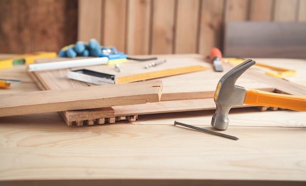 木製の机の上の大工の道具。