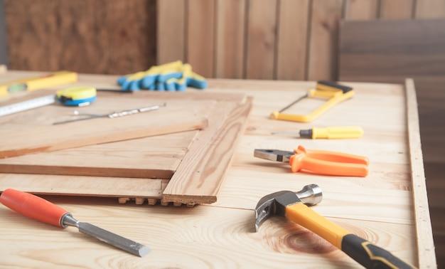 나무 책상에 목수의 도구입니다.
