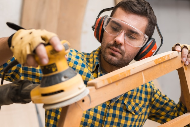 電気サンダー付き木製家具のカーペンターの軟化端