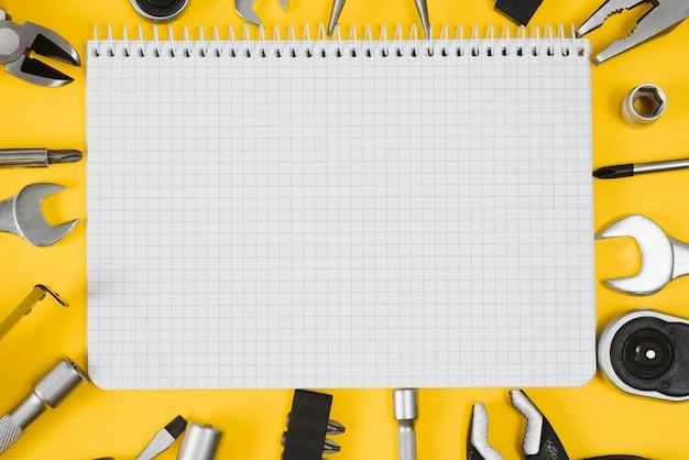 黄色の背景に設定されたカーペンターツール、上面図