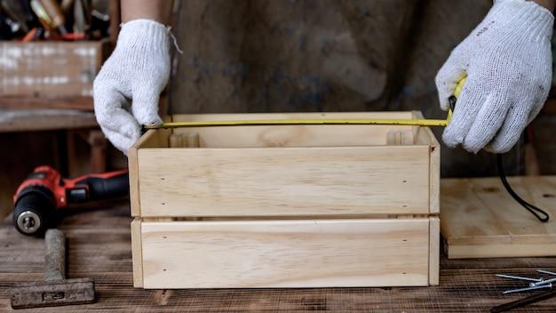 Плотник работает дома, когда находится взаперти и на карантине. новая концепция нормальной жизни. оставайся дома и держись на расстоянии. работа по дереву своими руками во время вируса короны или кризиса covid-19.