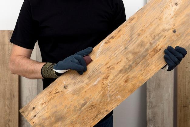 그의 작업장에서 나무로 가정 장식을 만드는 목수 노동자