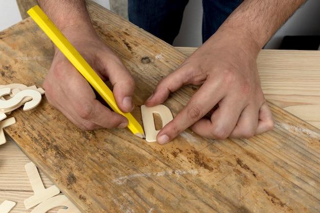 Плотник делает рекламное письмо