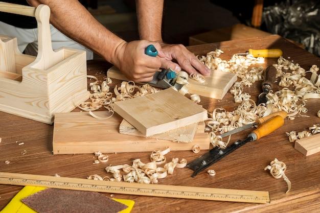 Плотник работает за своим столом