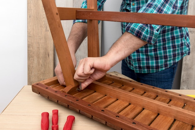 Плотник работает в своей мастерской