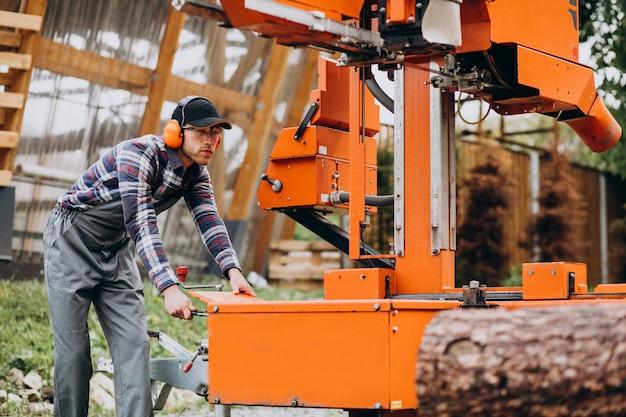 木材製造の製材所で働く大工