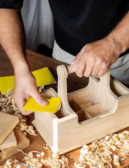 나무 도구 상자에서 작업하는 목수