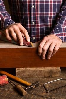 木製の正面に取り組んでいる大工