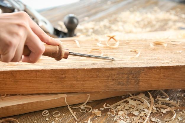 Плотник, работающий с зубилом, крупным планом