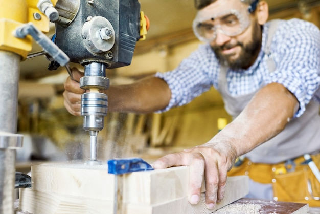 Плотник, работающий с машинами