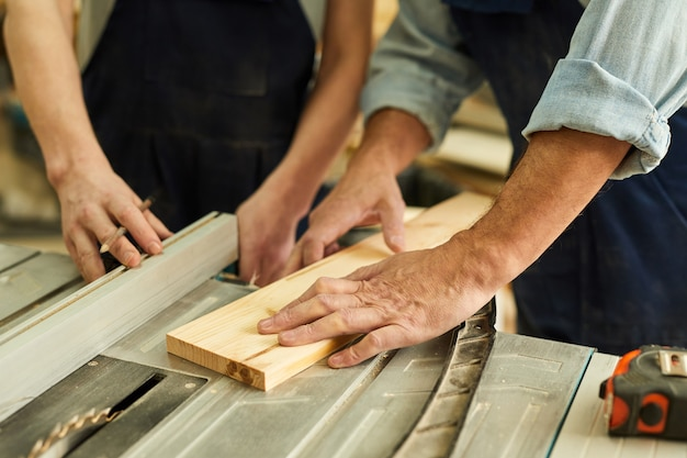 大工切断木材のクローズアップ