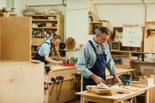 Плотники в мастерской