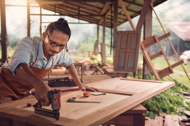 Плотники с использованием циркулярной пилы в мастерской, винтажном стиле