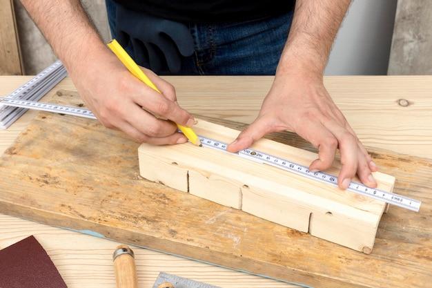 Righello di concetto di carpenteria e matita alta vista