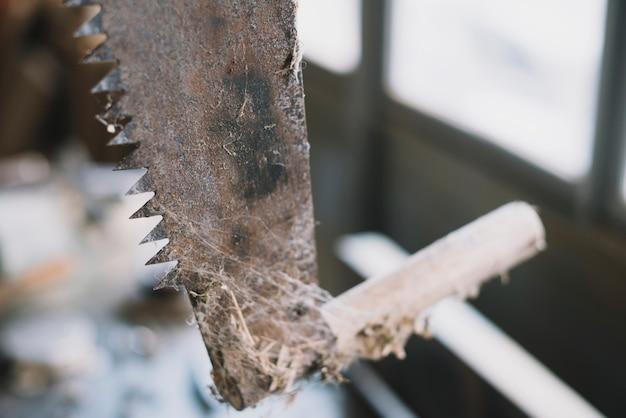 Концепция плотницких работ с крупным планом пилы