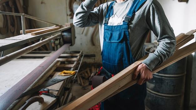 Концепция плотницких работ с человеком в гараже
